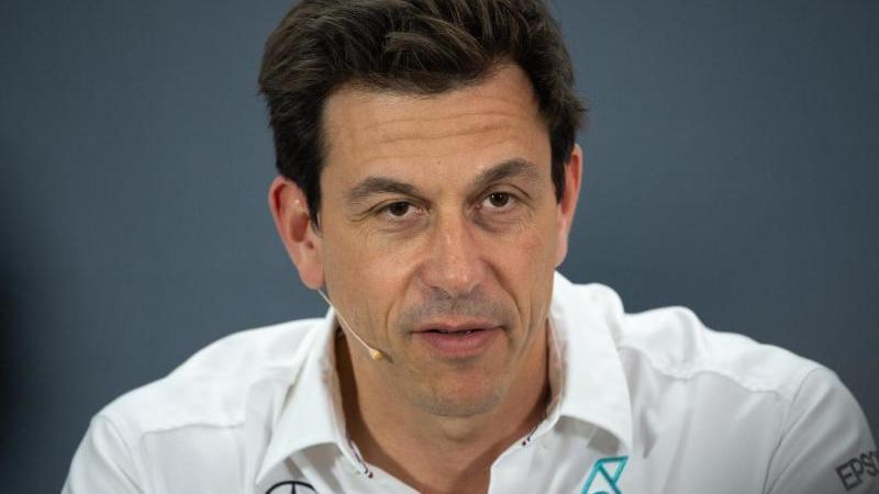 Mercedes-Teamchef Toto Wolff ist loyal zu seinen Fahrern. Foto: Sebastian Gollnow/dpa