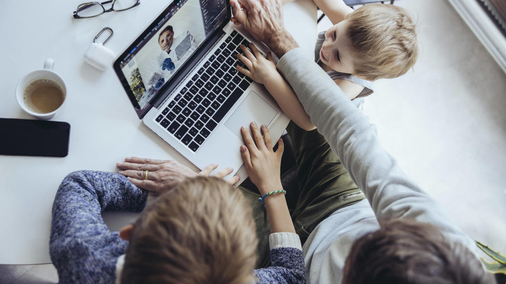 Children disturbing father s video call model released Symbolfoto property released MFF05174