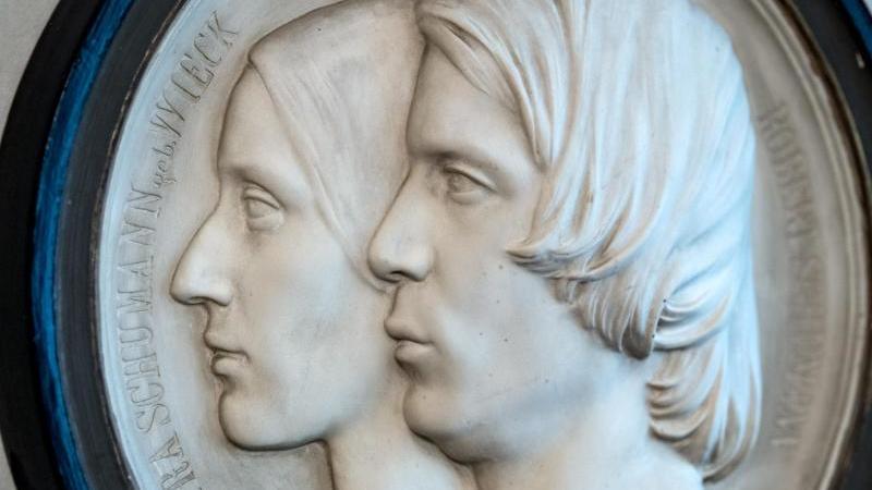 Ein Doppelportrait des Musiker-Ehepaars Clara und Robert Schumann. Foto: Hendrik Schmidt/dpa-Zentralbild/dpa