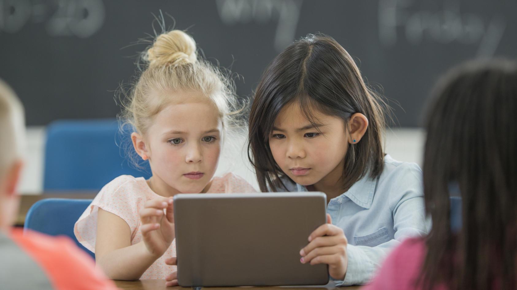 Schüler lernen am Computer (Symbolbild)