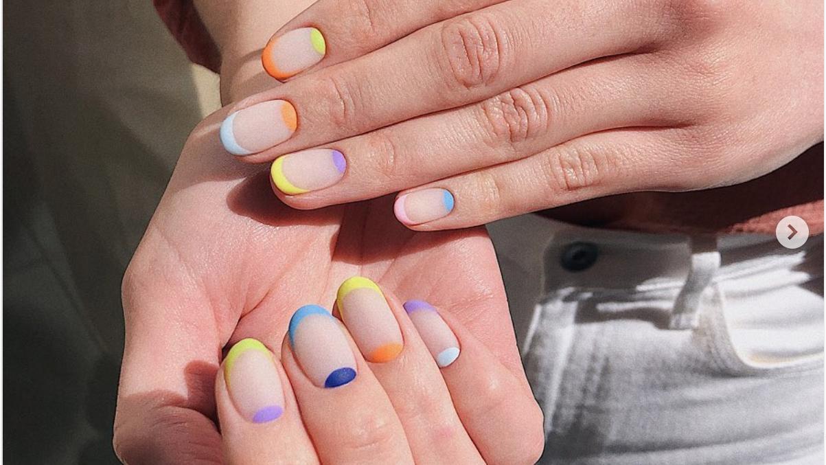 Farbenfrohe Rainbow French Nails sorgen garantiert für gute Laune.