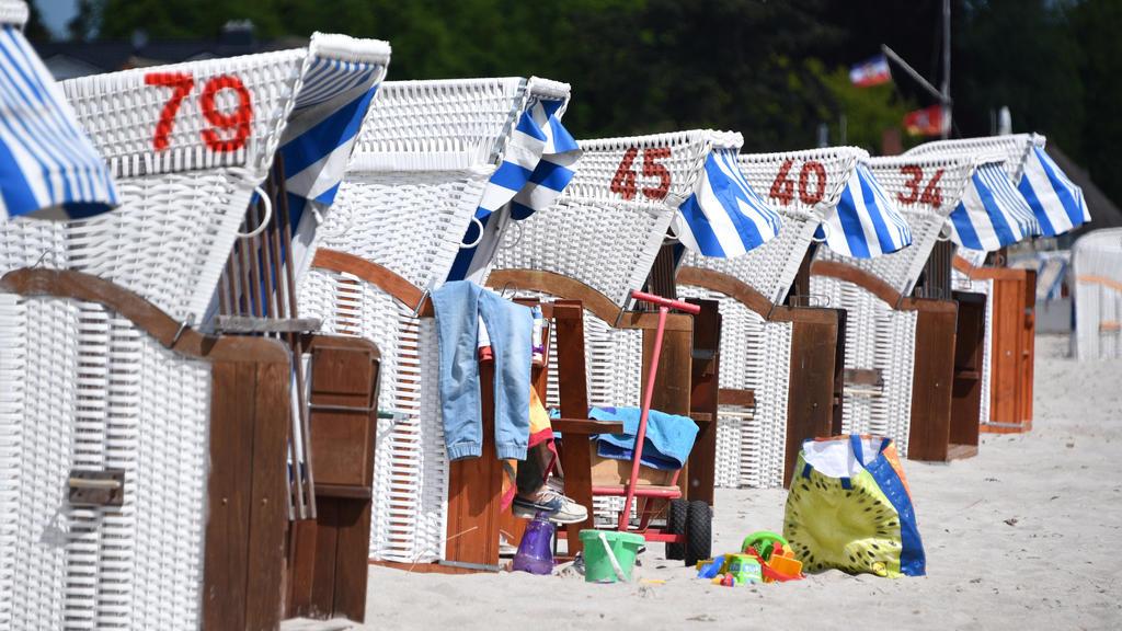20.05.2020, Schleswig-Holstein, Haffkrug: Etliche Strandutensilien stehen vor einem belegten Strandkorb am Strand an der Ostsee. Foto: Daniel Bockwoldt/dpa +++ dpa-Bildfunk +++
