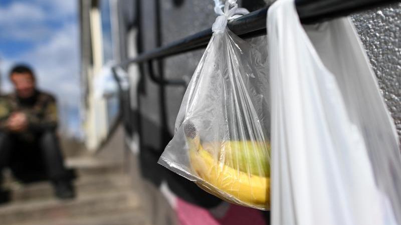 """Mit Lebensmitteln gefüllte Tüten hängen an einem """"Gabengeländer"""". Foto: Uwe Zucchi/dpa/Archivbild"""