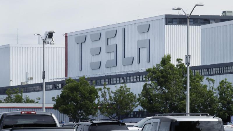Fahrzeuge stehen auf dem Parkplatz des Tesla-Werks in Fremont, Kalifornien. Foto: Ben Margot/AP/dpa