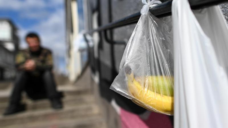 """Mit gespendeten Lebensmitteln gefüllte Tüten hängen an einem """"Gabengeländer"""" in Kassel. Foto: Uwe Zucchi/dpa"""