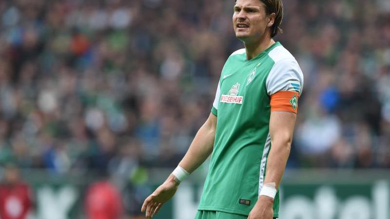 Werder Bremens langjähriger Verteidiger Sebastian Prödl steht auf dem Spielfeld. Foto: picture alliance / dpa / Archivbild