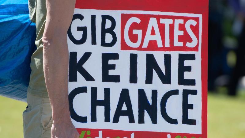Nach Ansicht einiger Demonstranten gehört die Coronapandemie zu einem Plan vonMicrosoft-Gründer Bill Gates ... Foto: Christophe Gateau/dpa
