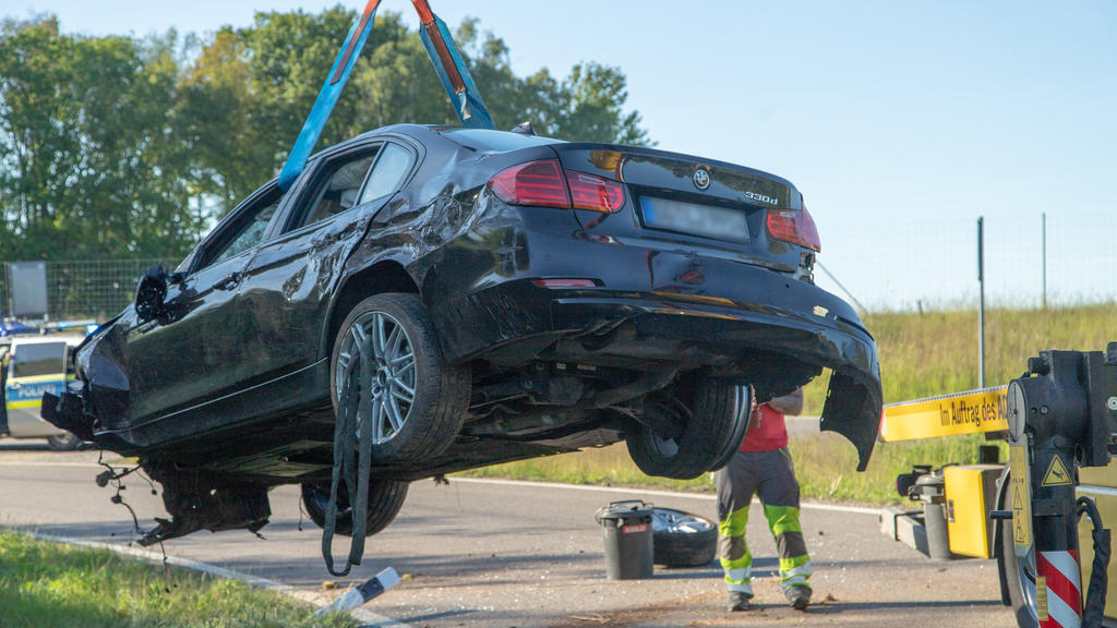 21.05.2020, Sachsen, Hartenstein: Ein BMW wird nach einem schweren Unfall an der Autobahnausfahrt Hartenstein der A72 von einem Abschleppfahrzeug geborgen. Bei demUnfall war der Mannschaftsbus des Fußball-Zweitligisten FC Erzgebirge Aue von Trümmert