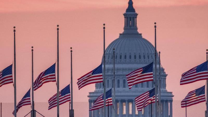 US-Flaggen wehen vor dem Kapitol in Washington auf halbmast. Foto: J. David Ake/AP/dpa