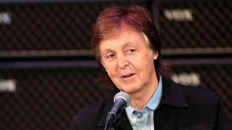 Paul McCartney begrüßt im Regal Theatre seine Fans. Foto: Richard Wainwright/AAP/dpa/Archivbild