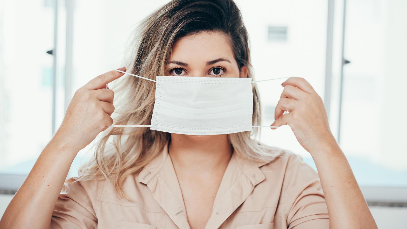Eine Studie zeigt, dass OP-Masken Schutz gegen eine Ansteckung mit dem Coronavirus bieten.