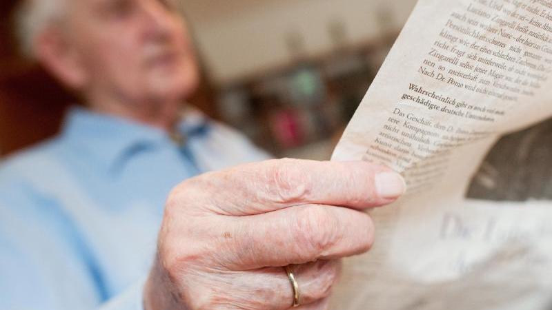 Das Lesen schlechter Nachrichten rund um Corona kann bedrücken. Ein Abgleich mit der eigenen Lebensrealität hilft, aufkeimende Sorgen einzudämmen. Foto: Klaus-Dietmar Gabbert/dpa-tmn