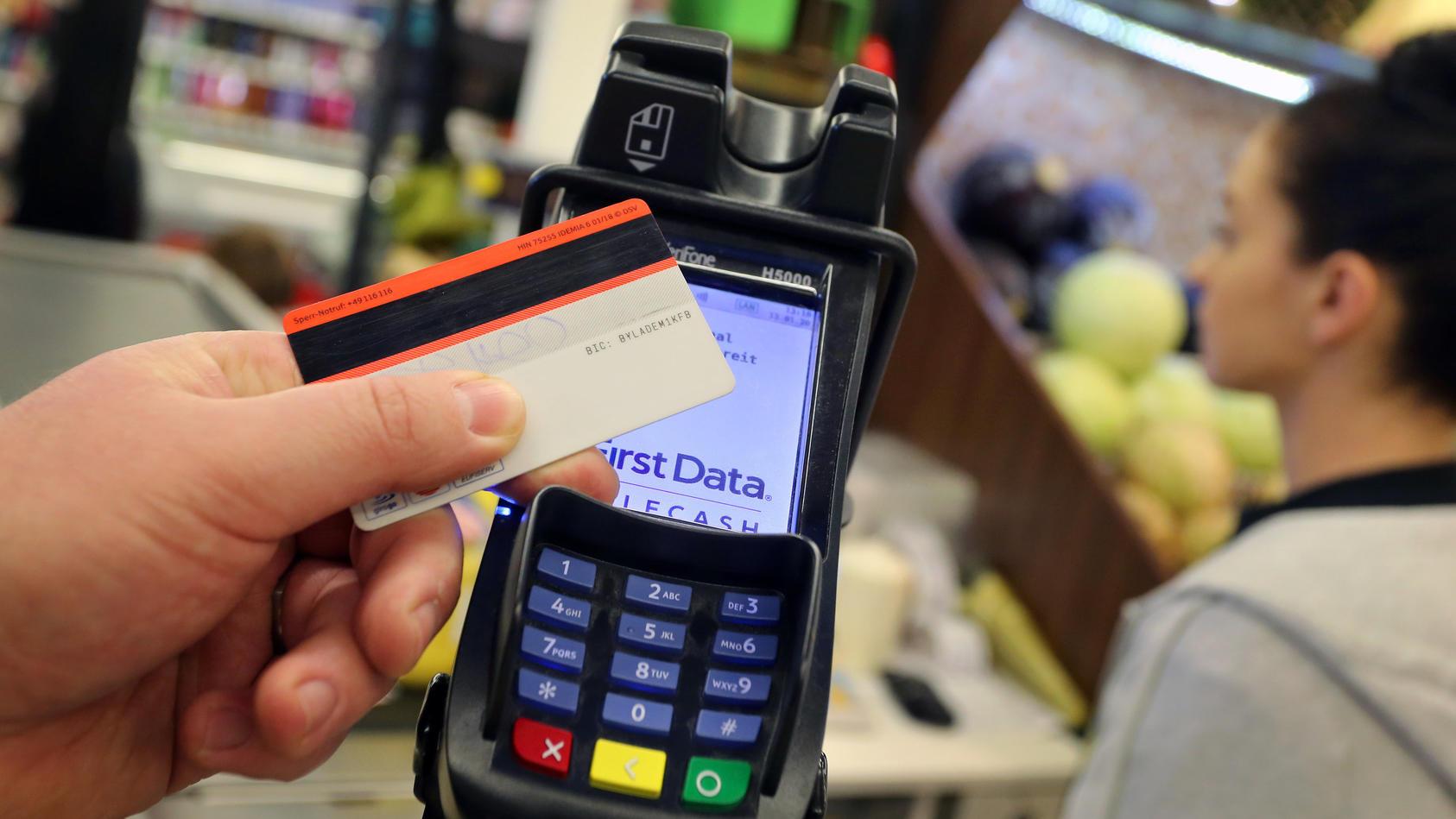 Verbraucher zahlen in Corona-Krise häufiger kontaktlos
