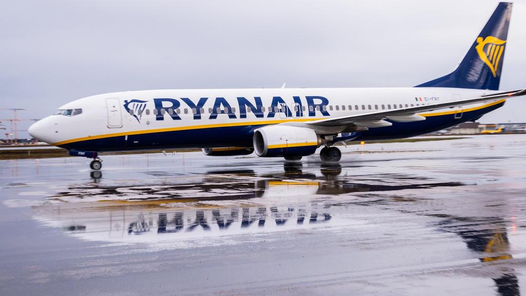 ARCHIV - 01.02.2020, Hessen, Frankfurt/Main: Eine Ryanair-Maschine spiegelt sich auf dem Flughafen Frankfurt (FRA) auf dem regennassen Rollfeld. Die irische Billigfluggesellschaft Ryanair stellt am 18.05.2020 ihre Zahlen für das vergangene Geschäftsj