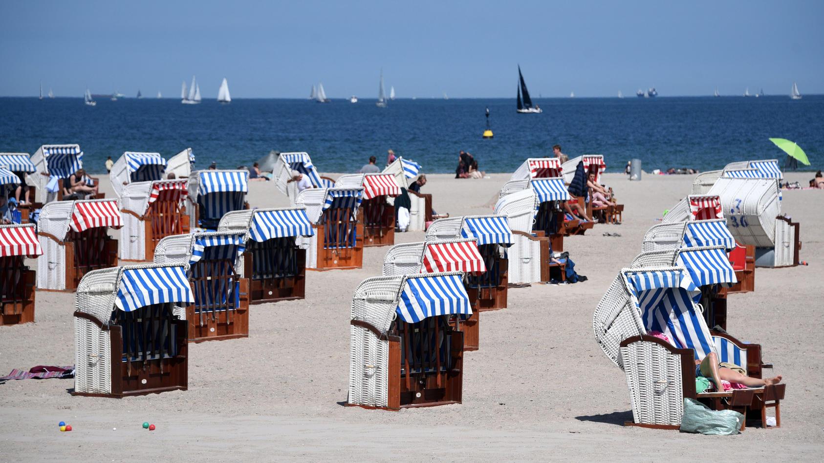 Am Ostseestrand Lübeck-Travemünde stehen die Strandkörbe weit auseinander.