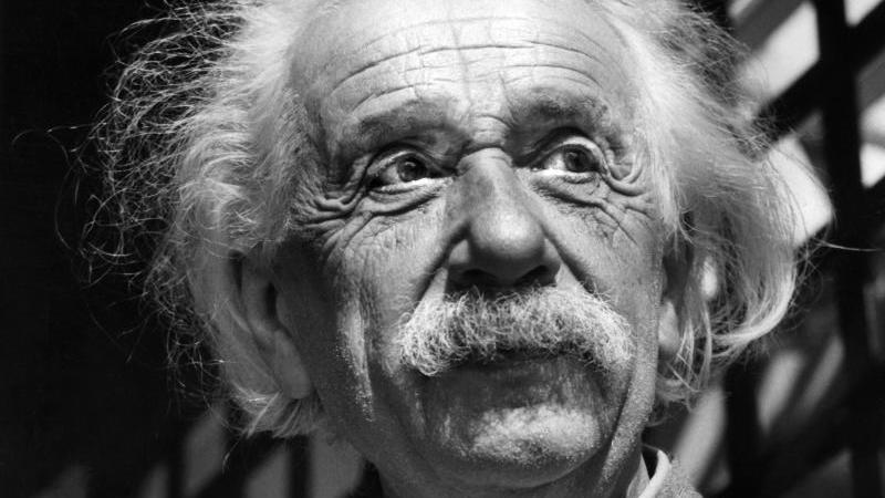 Dieses Archivfoto aus dem Juni 1954 zeigt den renommierten Physiker Albert Einstein. Foto: Uncredited/AP/dpa/Archivbild