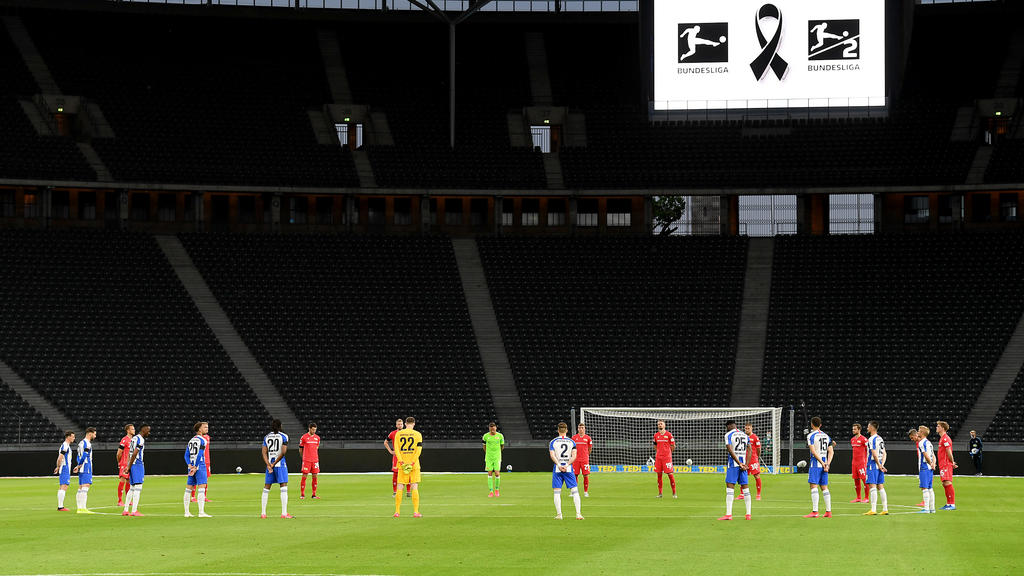 BERLIN, GERMANY - MAY 22: Players observe a minute's silence to commemorate the victims of the coronavirus pandemic prior to the Bundesliga match between Hertha BSC and 1. FC Union Berlin at Olympiastadion on May 22, 2020 in Berlin, Germany. The Bund
