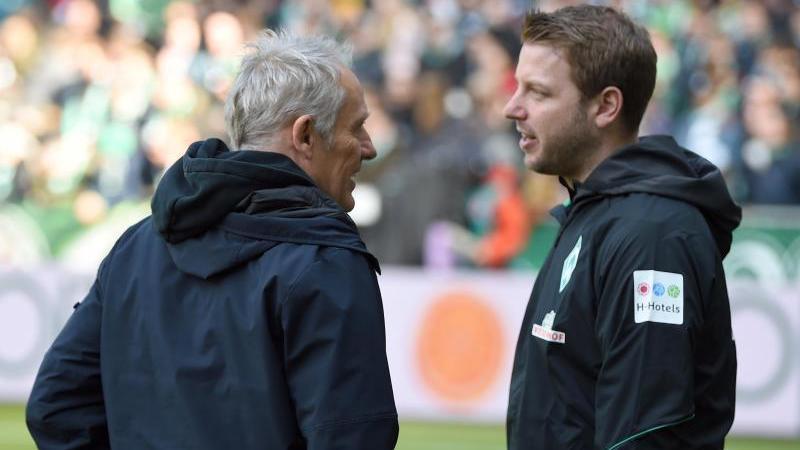 Trainer Florian Kohfeldt (r) von Werder unterhält sich mit Trainer Christian Streich. Foto: Carmen Jaspersen/dpa/Archivbild