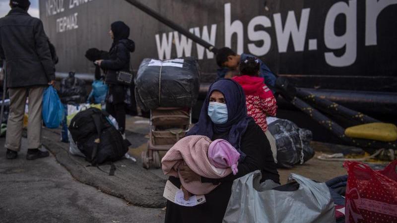 Migranten aus dem Lager Moria im Hafen von Piräus bei Athen. Foto: Angelos Tzortzinis/dpa/dpa