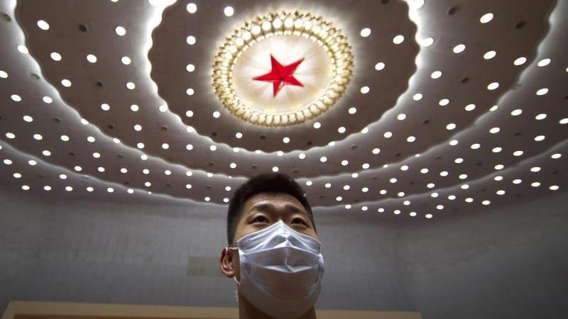 Ein chinesischer Sicherheitsbeamter in der Großen Halle des Volkes. Foto: Ng Han Guan/AP POOL/dpa