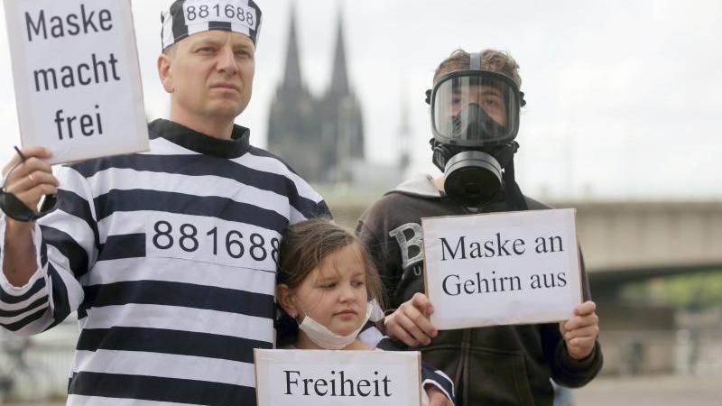 Teilnehmer einer Demonstration gegen Corona-Beschränkungen in Köln. Foto: David Young/dpa