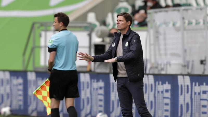 Wolfsburgs Trainer Oliver Glasner gestikuliert beim Spiel gegen Dortmund an der Seitenlinie. Foto: Michael Sohn/AP-Pool/dpa
