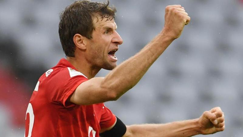 FCBayern Münchens Thomas Müller jubelt sichtlich erleichtert nach seinem Tor zum 2:0. Foto: Andreas Gebert/Reuters-Pool/dpa