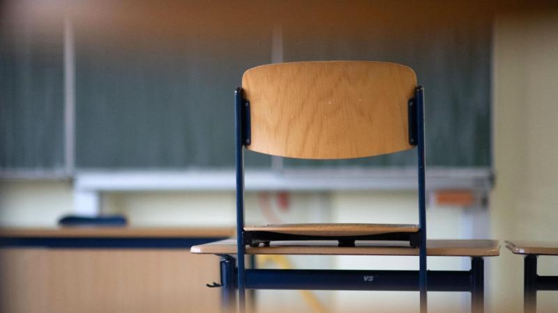 Ein Stuhl steht in einem Klassezimmer auf einem Tisch. Foto: Marijan Murat/dpa/Symbolbild