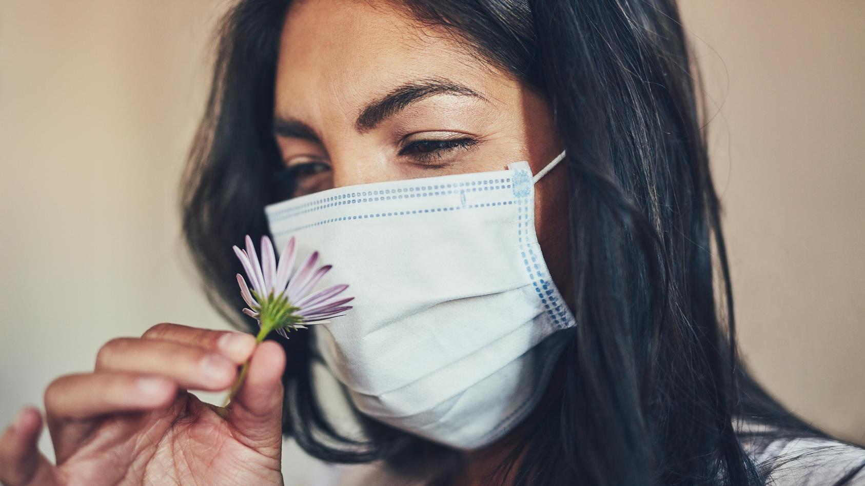 Eine Atemschutz-Maske schützt auch gegen Heuschnupfen.