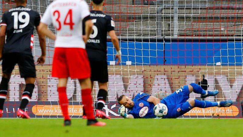 Düsseldorfs Florian Kastenmeier währt einen Elfmeter ab. Foto: Thilo Schmuelgen/Reuters-Pool/dpa
