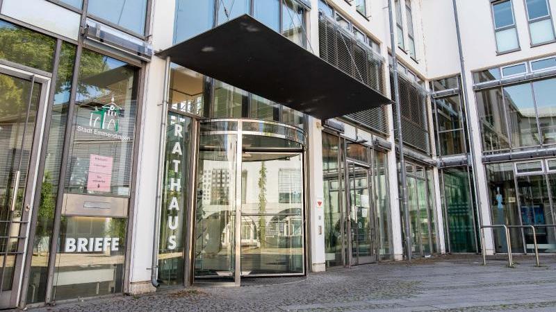 Der Eingang des Rathauses der Stadt Emmendingen. Foto: Philipp von Ditfurth/dpa/Archivbild