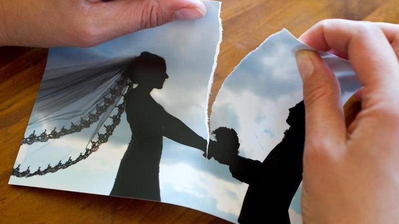Das Bundesverfassungsgericht stellt in einem Urteil klar: Geschiedene Frauen dürfen bei der Aufteilung von Betriebsrenten nicht benachteiligt werden. Foto: Patrick Pleul/dpa-Zentralbild/dpa