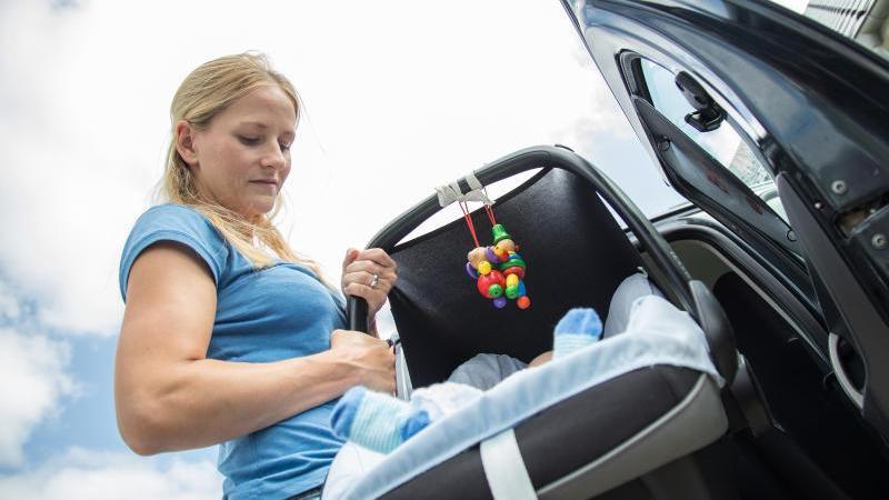 Sensible Fracht: Damit das Baby sicher mitfährt, sollten Eltern den Autositz gründlich testen. Foto: Christin Klose/dpa-tmn
