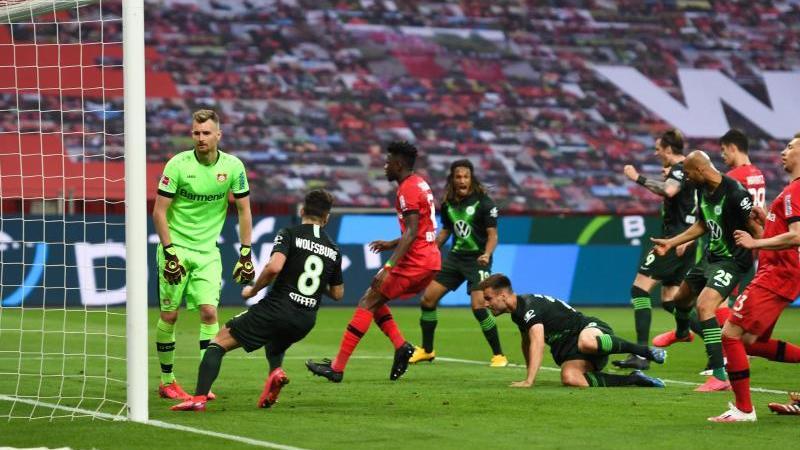 Marin Pongracic (5.v.l.) legte mit seinem Tor den Grundstein zum Wolfsburger Sieg inLeverkusen. Foto: Marius Becker/dpa-Pool/dpa