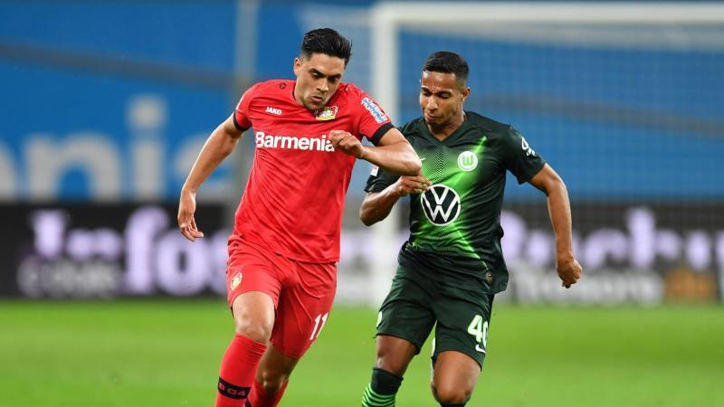 Nadiem Amiri von Leverkusen und Joao Victor von Wolfsburg (l-r.) im Duell um den Ball. Foto: Marius Becker/dpa-Pool/dpa