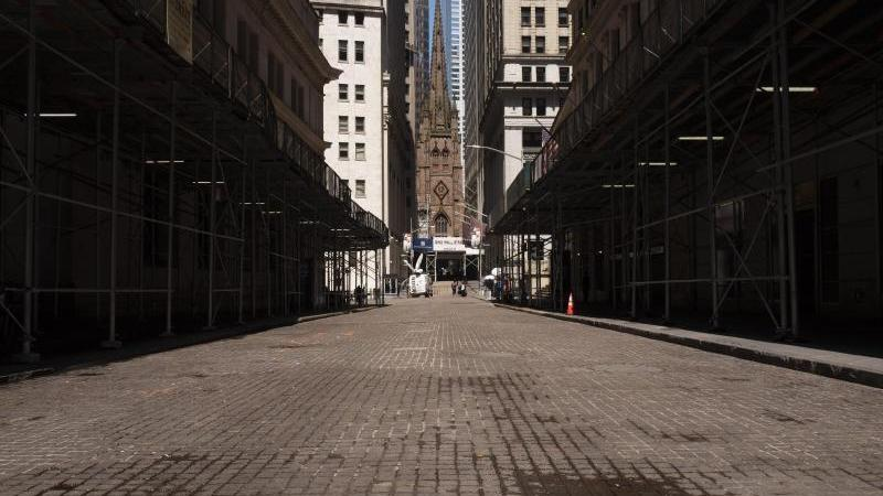 Während die Wall Street nahezu menschenleer ist, steigen die Kurse wieder an. Foto: Mark Lennihan/AP/dpa