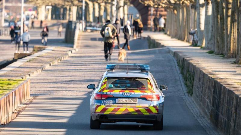Polizei fährt Streife am Rheinufer. Foto: Andreas Arnold/dpa/Archivbild