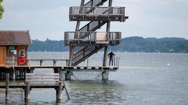 Ein Mann arbeitet im Strandbad Utting am Ammersee an einem Sprungturm. Foto: Sven Hoppe/dpa
