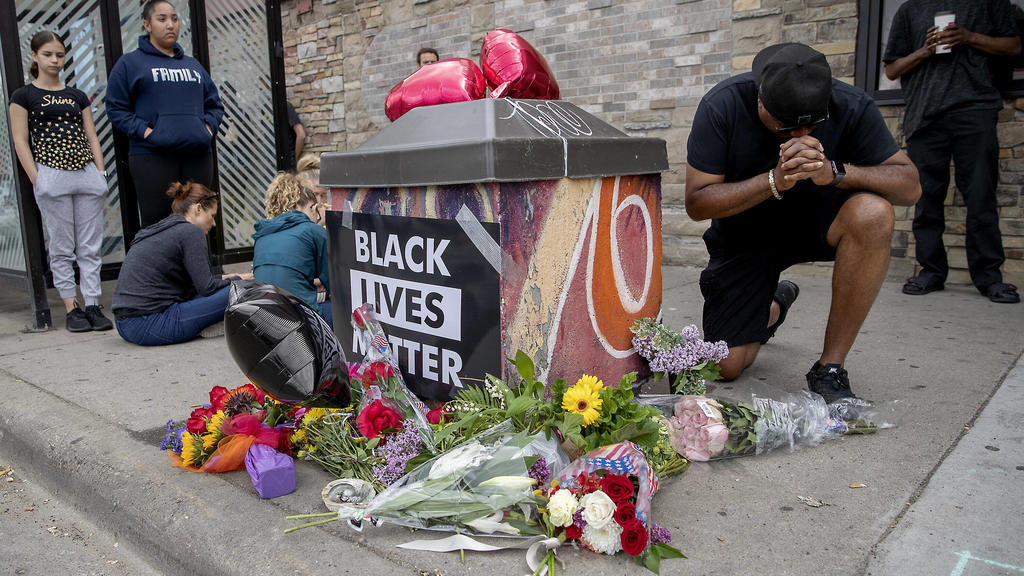 May 26, 2020, Minneapolis, MN, USA: People placed flowers Tuesday near the site where a man died after a confrontation with Minneapolis police on Monday evening at 38th and Chicago in south Minneapolis. Minneapolis USA - ZUMAm67 20200526zafm67044 Cop