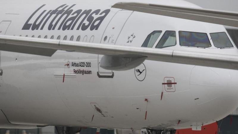 Passagiermaschinen der Lufthansa stehen am Rande der Rollbahn auf dem Flughafen. Foto: Boris Roessler/dpa/Archivbild