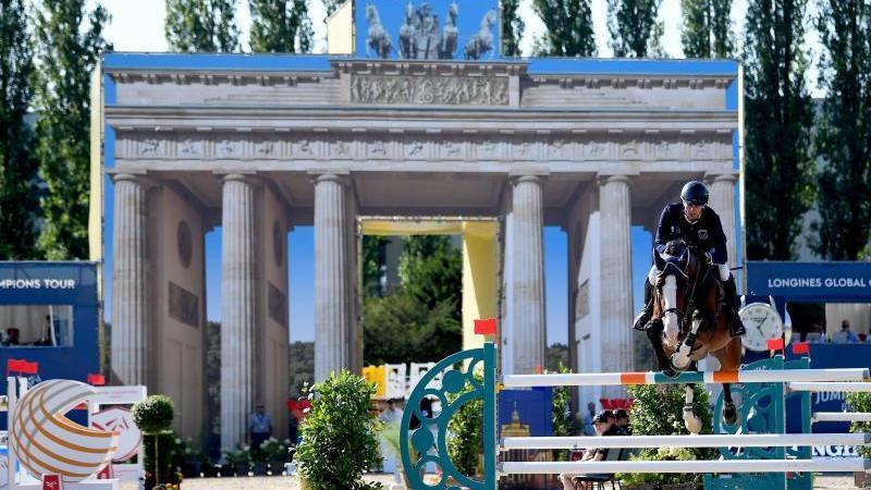 Pferdesport/Springen: Global Champions Tour: Christian Kukuk aus Deutschland auf dem Pferd Limonchello NT springt beim Teamspringen über ein Hindernis. Foto: Britta Pedersen/dpa-Zentralbild/dpa/Archivbild