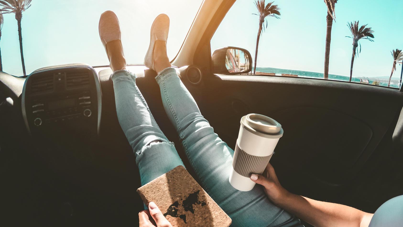 Füße niemals aufs Armaturenbrett im Auto legen!