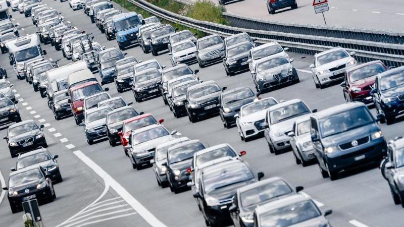 Mehrere Autos stecken in einem Stau auf einer Autobahn fest. Foto: picture alliance / dpa /Archivbild