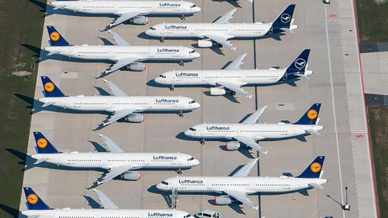 Maschinen der Fluggesellschaft Lufthansa parken auf einem Rollfeld. Foto: Tino Schöning/dpa-Zentralbild/dpa/Archivbild