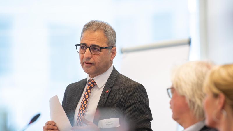 Mehrdad Payandeh (l), DGB-Landesvorsitzender, spricht bei einer Diskussion. Foto: Lucas Bäuml/dpa/Archivbild