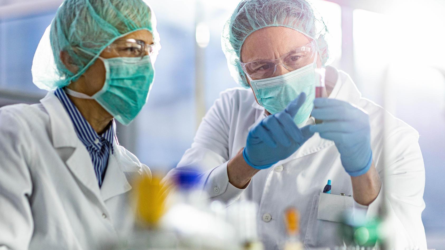 Die Wissenschaft forscht seit Ausbruch des Coronavirus ständig weiter. Im Laufe der Zeit haben sich da auch einige Vermutungen als falsch herausgestellt. (Symbolbild)