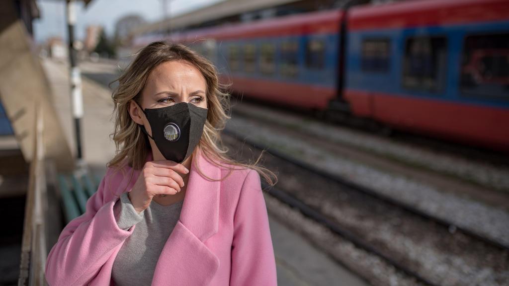Wer mit dem Zug unterwegs ist, sollte in jedem Fall einen Atemschutz tragen