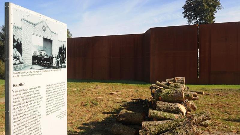 Das mit einer durchbrochenen Stahlwand stilisierte Hauptor (Infotafel links) der KZ-Gedenkstätte Esterwegen ist zu sehen. Foto: picture alliance / dpa/Archivbild
