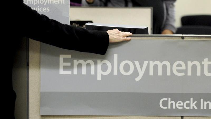 Eine Arbeitssuchende wird in einem Jobcenter in New York beraten. Foto: epa Justin Lane/EPA/dpa