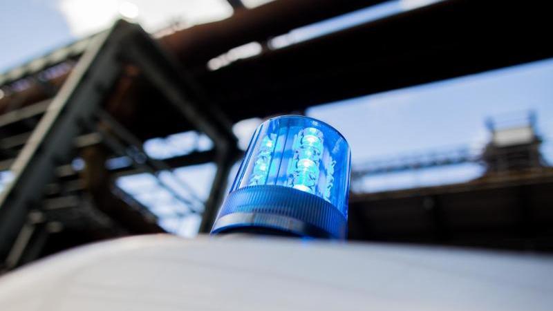 Ein Polizeifahrzeug mit Blaulicht auf dem Dach. Foto: Rolf Vennenbernd/dpa/Symbolbild
